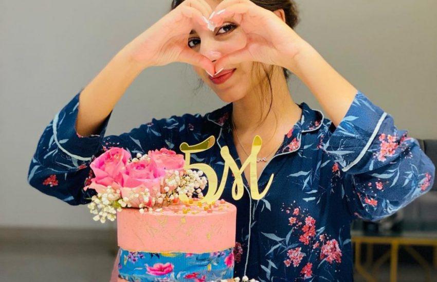 Kinza Hashmi celebrates reaching 5 million followers on IG-Social Pakora